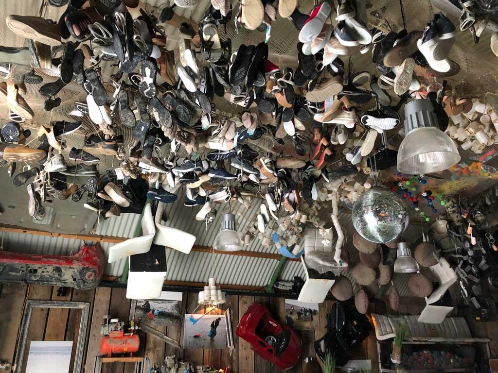 Schoenen, barkrukken en nog veel meer. Het hangt allemaal aan het plafonds van de loods