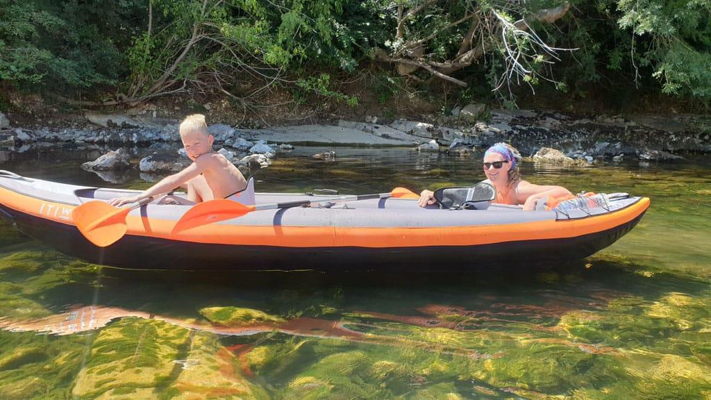 Bij ondiep water moet er af en toe wat gewicht uit de kano