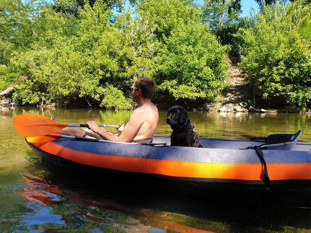 Mijn man lost het gebrek aan beenruimte op door zijn benen over de punt van de kano te leggen