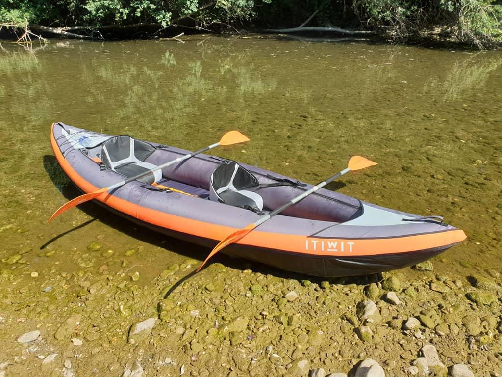 De opblaasbare kano van Decathlon opgebouwd met twee stoeltjes