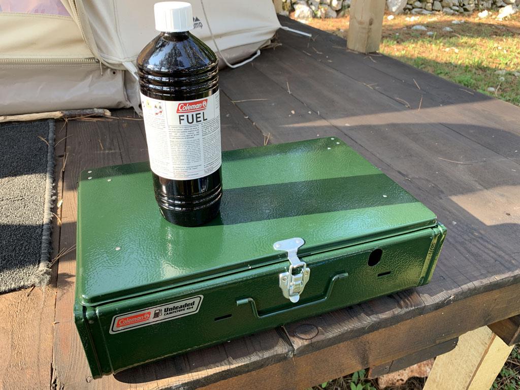 De Coleman Unleaded Campstove en de Coleman Fuel. Beide compact om mee te nemen.