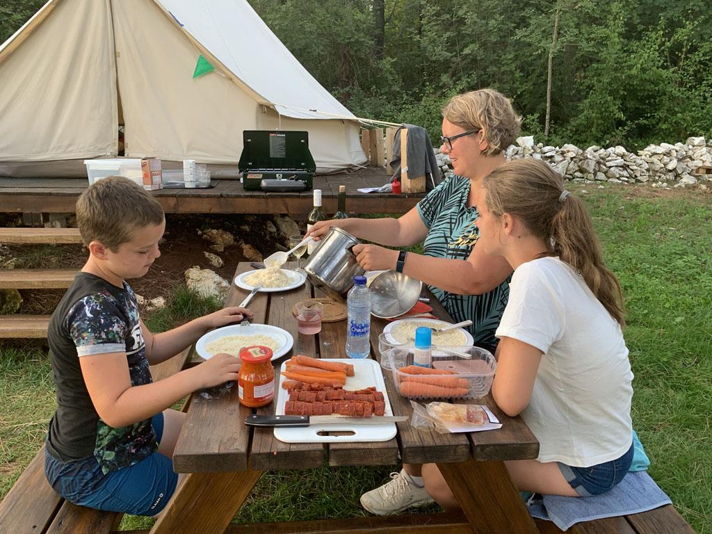 De kinderen moeten tijdens het koken uit de buurt blijven van ons campingkooktoestel.