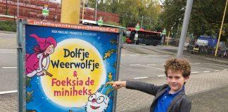 Onderweg van trein naar schouwburg komen we al een aanplakbiljet van Dolfje Weerwolfje en Foeksia de minheks tegen. Het werkt enorm voorpretverhogend.