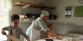 Tijdens een workshop leren we typisch Zweeds brood bakken.