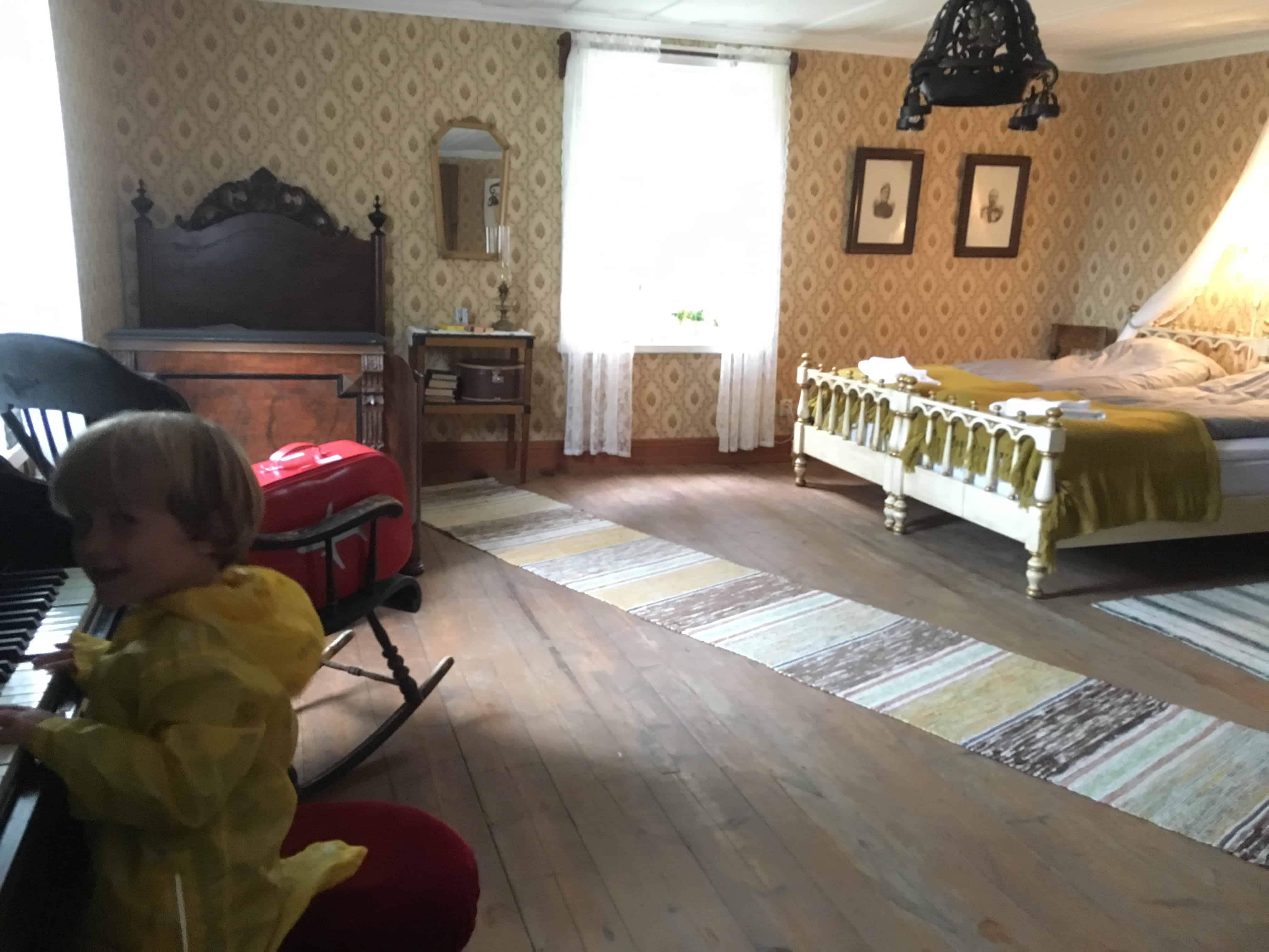 De slaapkamer van het gastenverblijf in openluchtmuseum Gammplatsen.