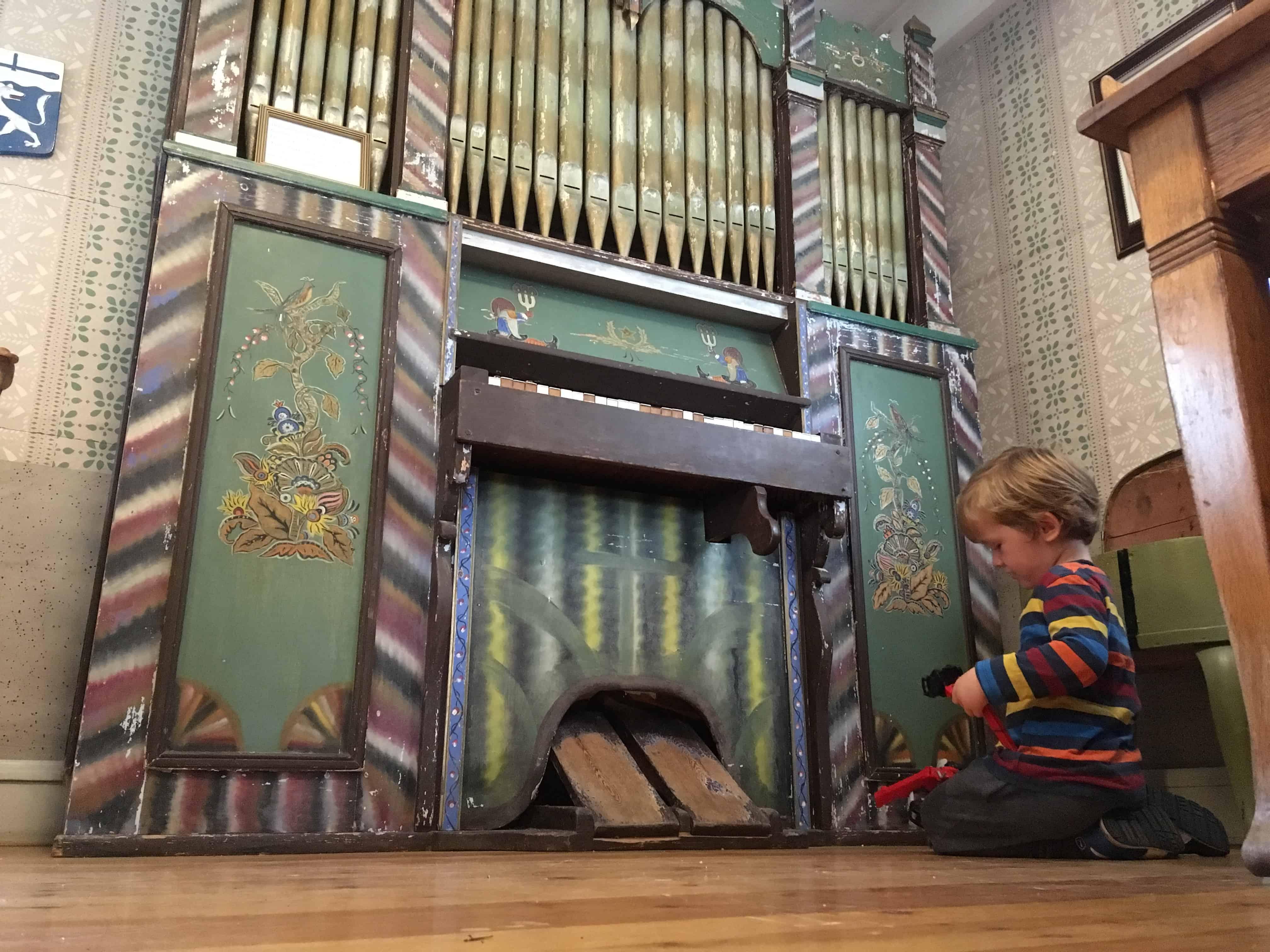 Naast het (voor kinderen woestaantrekkelijke) orgel is een klein speelhoekje.