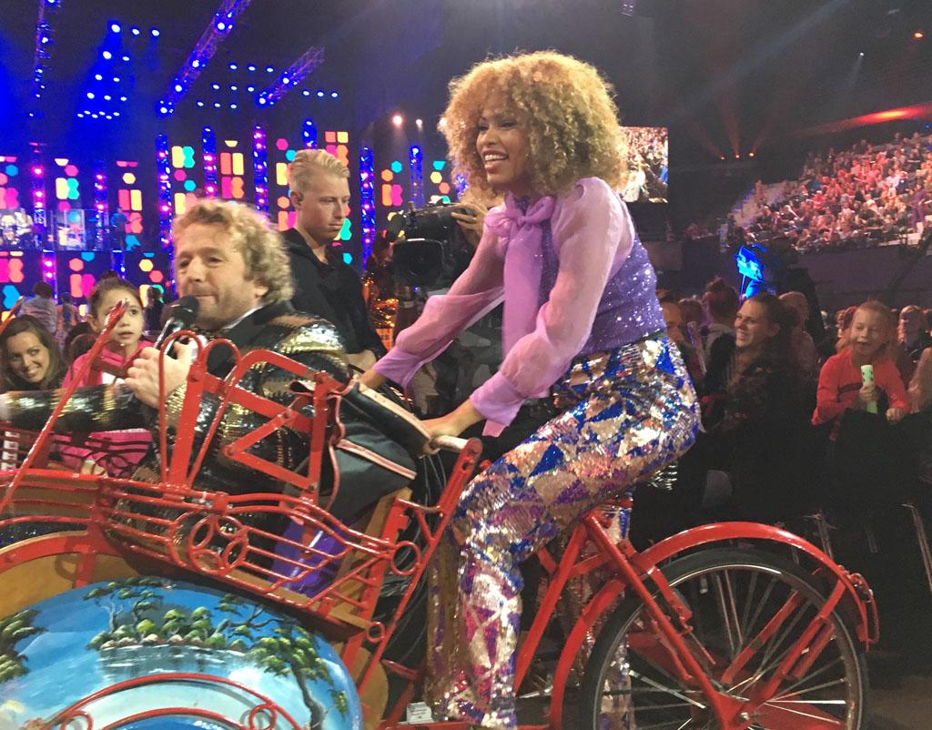 Anne en Pepijn fietsen voorbij, op zoek naar mooie vakantieverhalen.