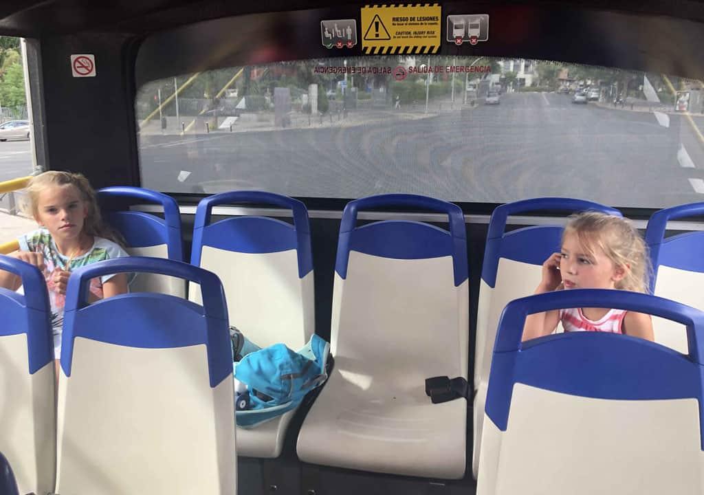 De hop on, hop off bus in Madrid met kinderen.