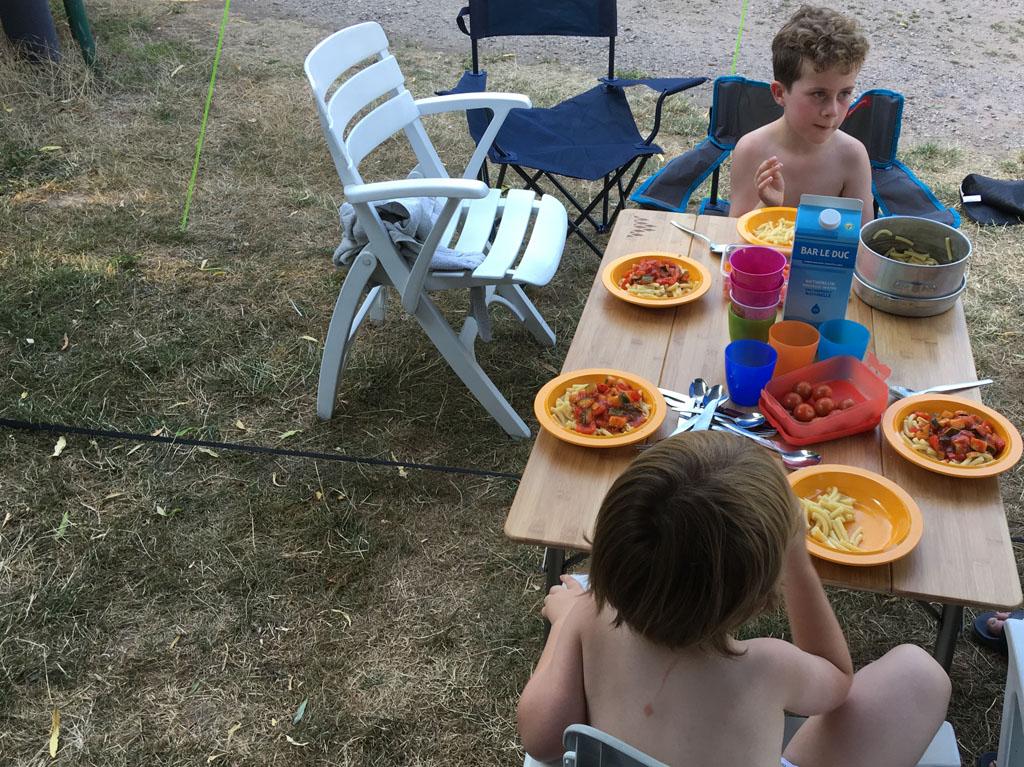 We verorberen ons eerste campingmaal aan onze bamboe kampeertafel van Obelink.