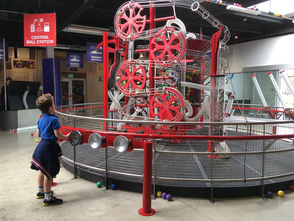 De oudste is gefascineerd door deze ballenmachine.