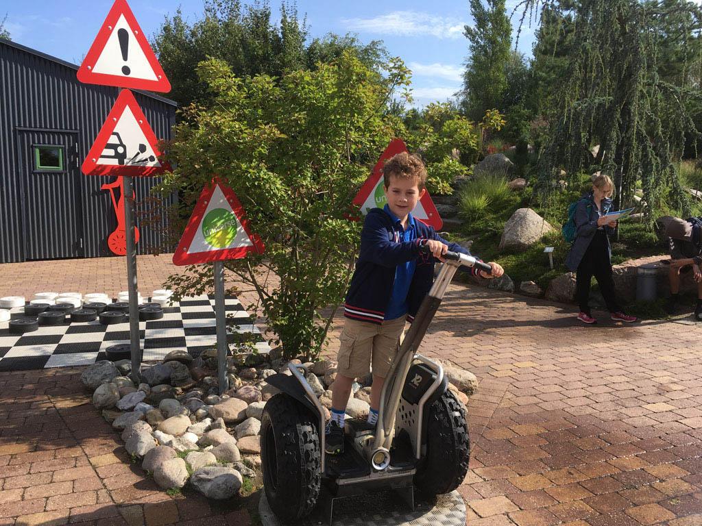 Deze jongen is helaas nog te klein, maar grotere kindern mogen na een korte instructie segway rijden.