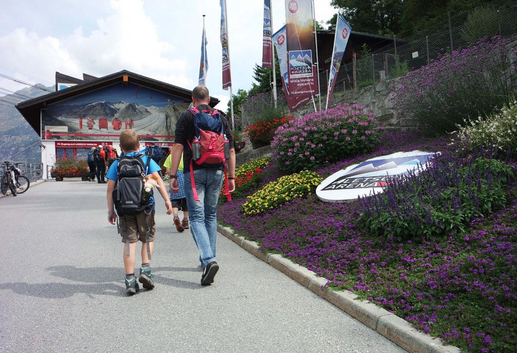 Van het treinstation lopen we naar het kabelbaan station in Fiesch vakantie-in-de-aletsch-arena