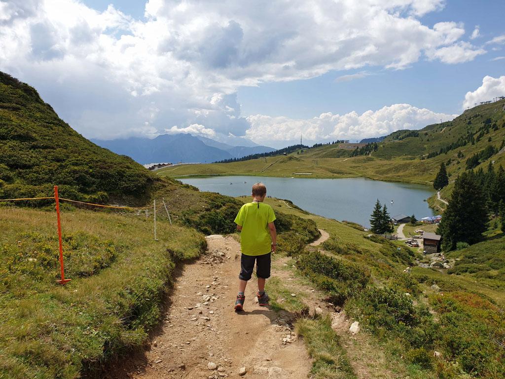 Op naar het beloofde ijsje aan het meer vakantie-in-de-aletsch-arena