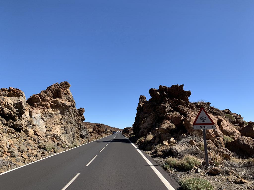 We rijden over deze goed begaanbare weg door een soms surrealistisch landschap.