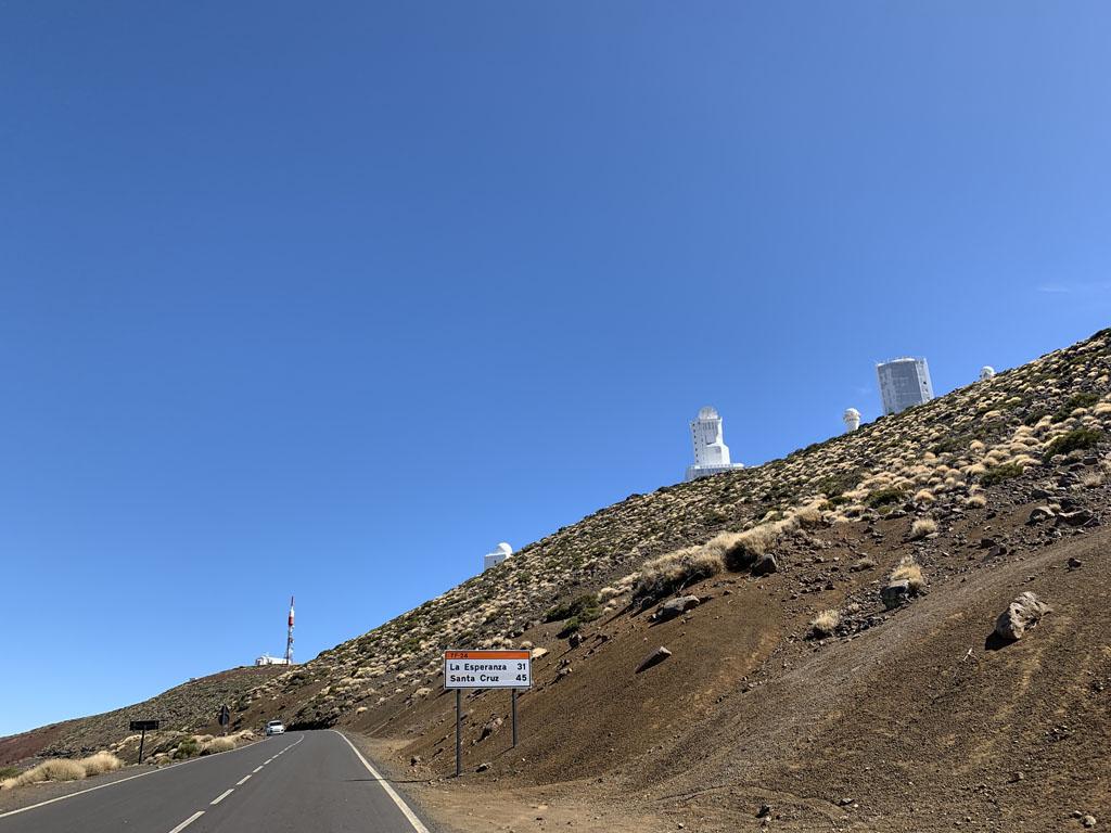 Bovenop een andere berg zien we de sterrenwacht.