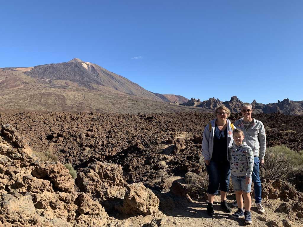 Tussen de brokstukken gestolde lava en El Teide op de achtergrond.