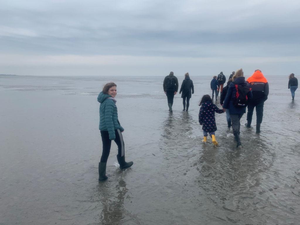 Wadlopen met kinderen over het wad bij Terschelling