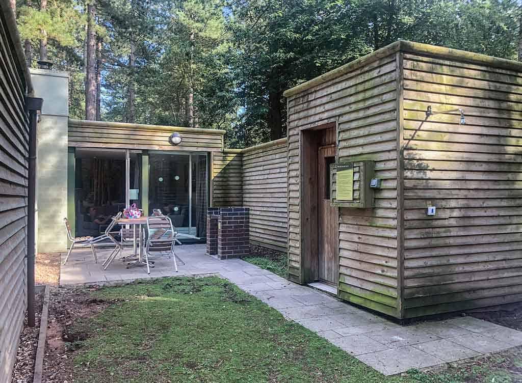 Het terras is een fijne, beschutte plek in het bos