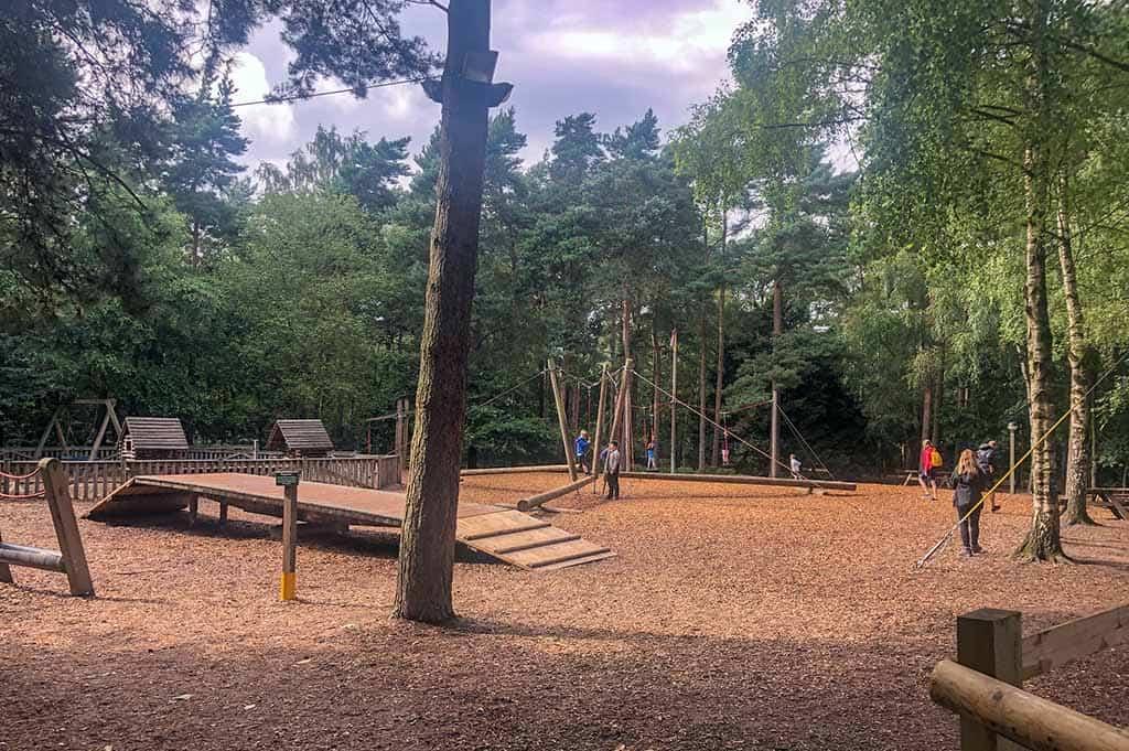 Op veel plekken in het bos zijn er speeltuinen