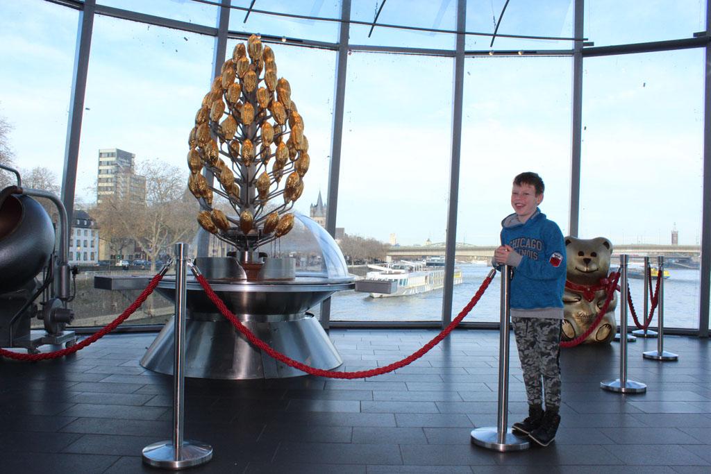 Een kerstboom van chocolade, met uitzicht over de Rijn en de spoorbrug. De locatie van het chocolademuseum is fantastisch.