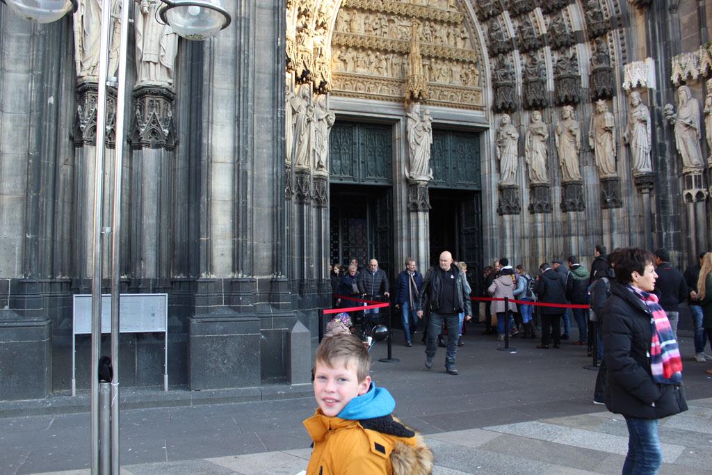 De Dom in Keulen is een toeristische trekpleister en dus druk. Voor de deur staat een kleine wachtrij.