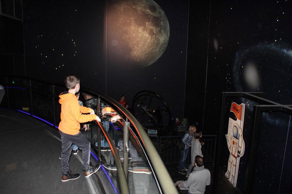 De jongens kijken naar de astronauten-stoel. Hij gaat toch iets te hard voor ons.