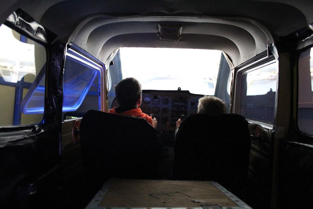 Stap in het vliegtuig en stijg op. Na een turbulente vlucht zijn ze weer veilig geland.