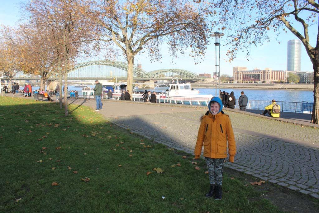 Op de boulevard langs de Rijn met op de achtergrond de bogen van de Hohenzollernbrücke. Aan deze treinbrug hangen heel veel liefdesslotjes.