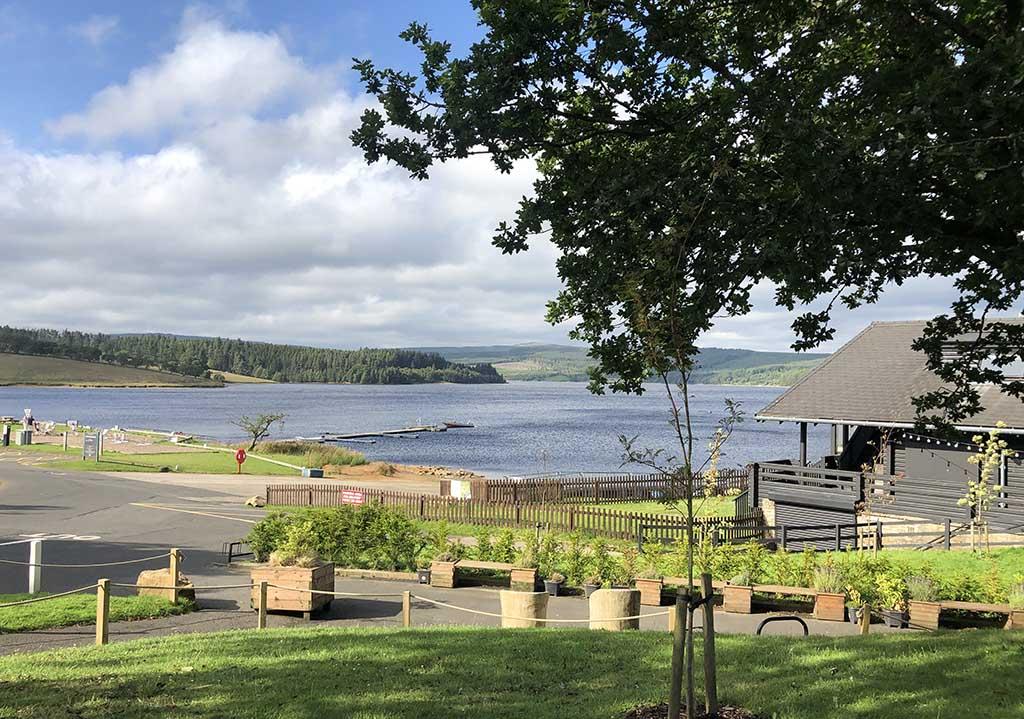 De receptie, winkel, het zwembad en het restaurant liggen aan de rand van het stuwmeer