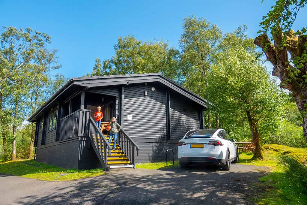 Ons houten huis in het bos met een mooie veranda