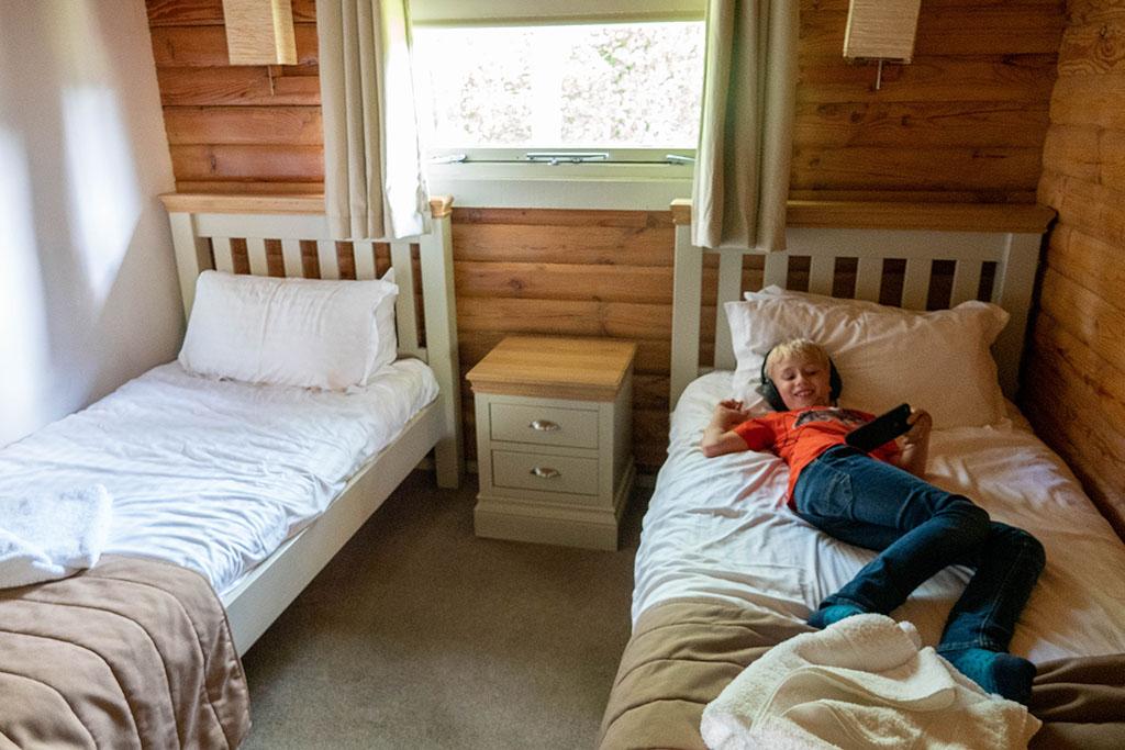De jongens zijn blij met hun eigen slaapkamer
