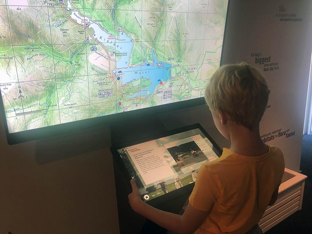 Onze jongste bekijkt de interactieve kaart van Kielder