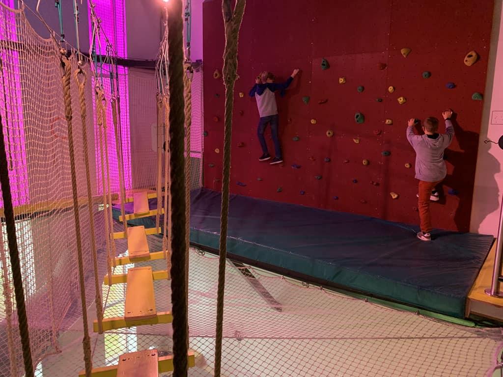 In Acro Bat kun je klimmen en klauteren