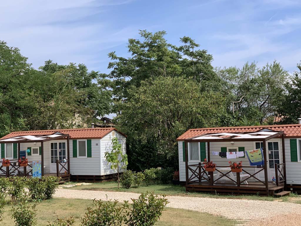 De twee mobil homes op Camp Dvor.