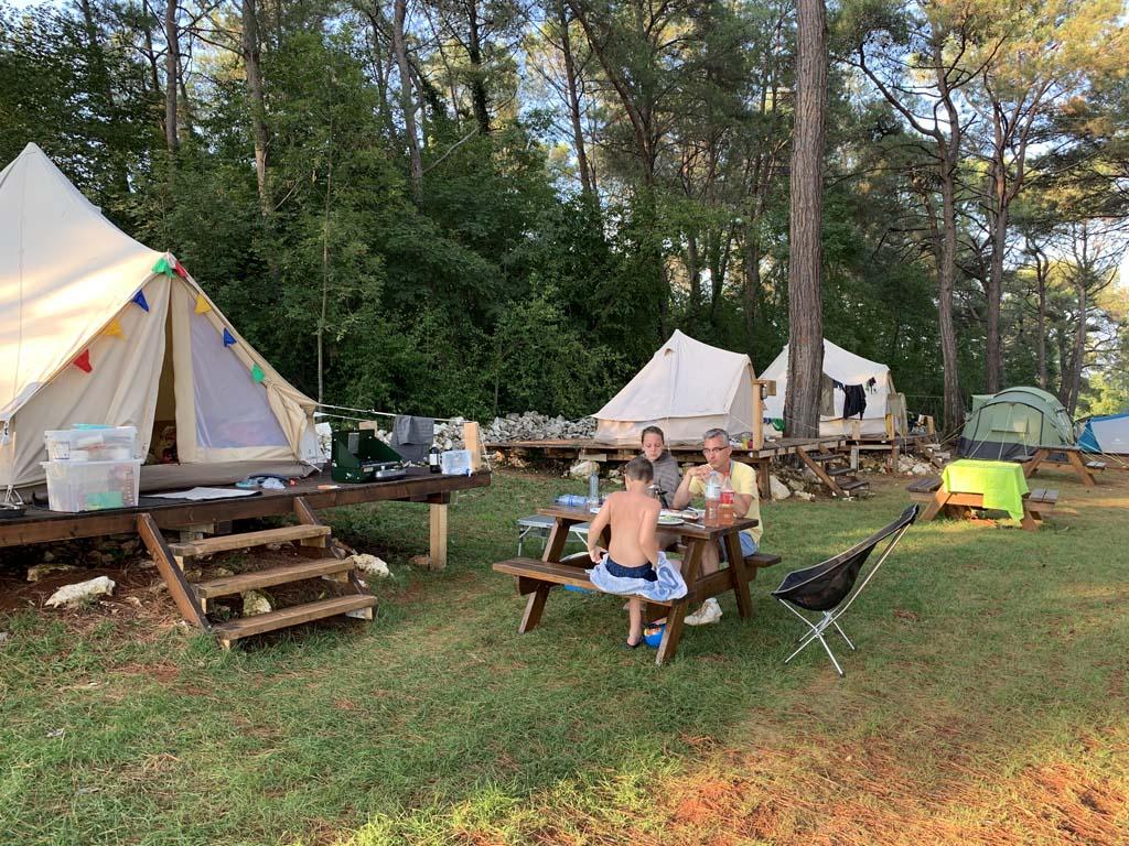 Buiten zitten we aan de picknicktafel of op onze eigen compacte kampeerstoelen.