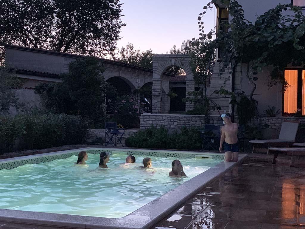 Op een van de warme zomeravonden vermaken de kinderen zich goed met elkaar in het zwembad.