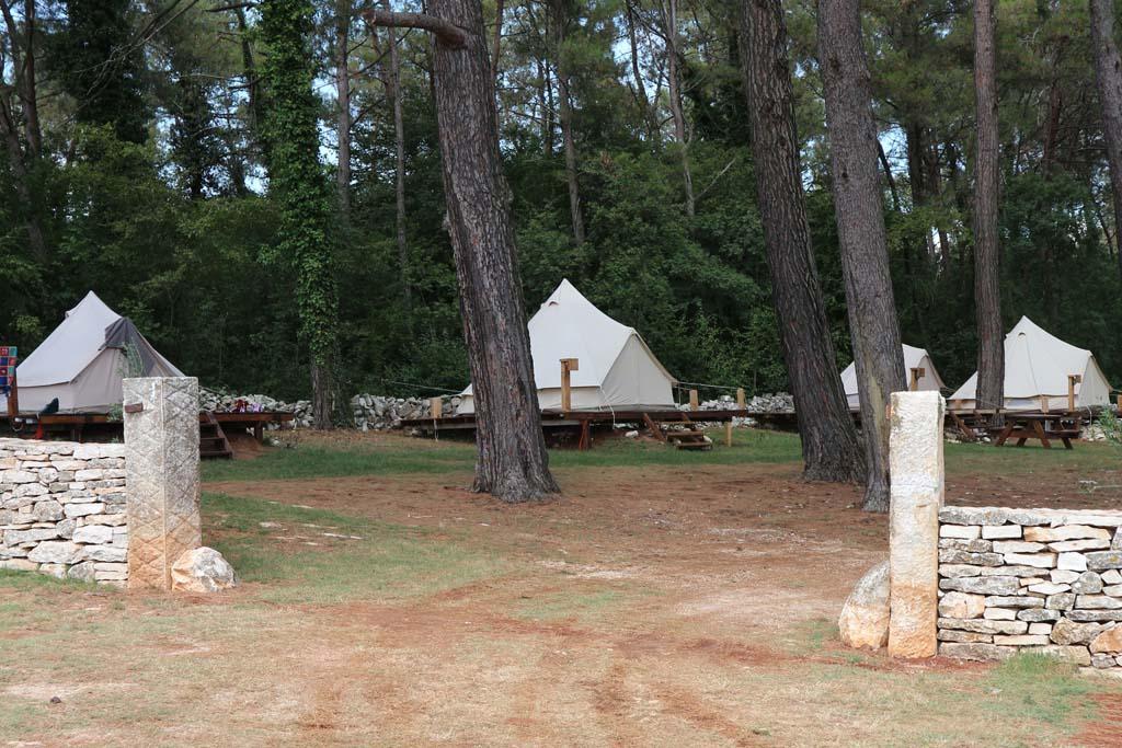 De ingang naar het kampeerterrein aan de overkant van de weg. Eerst de Bell-tenten, daarna kom je bij de gewone kampeerplaatsen.