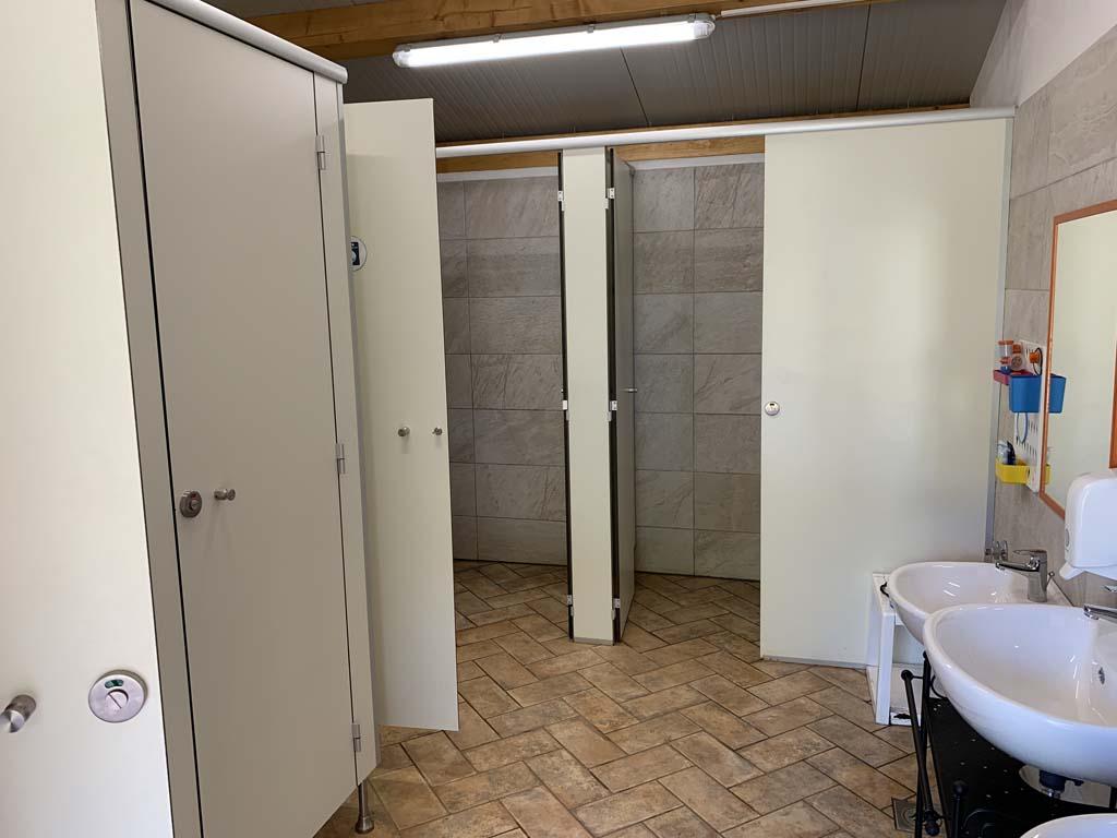 Het damesgedeelte van het sanitair. Basic, maar wel goed schoon.