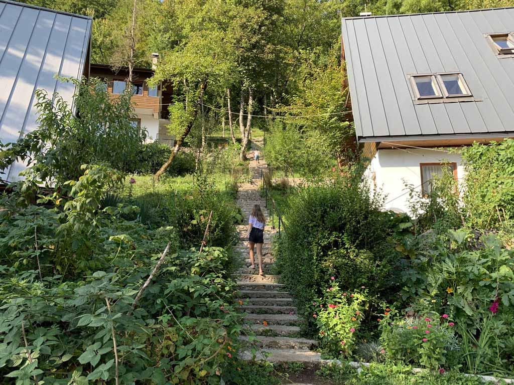 De vakantiehuizen van Herzegovina Lodges vanaf het terrein beneden gezien.