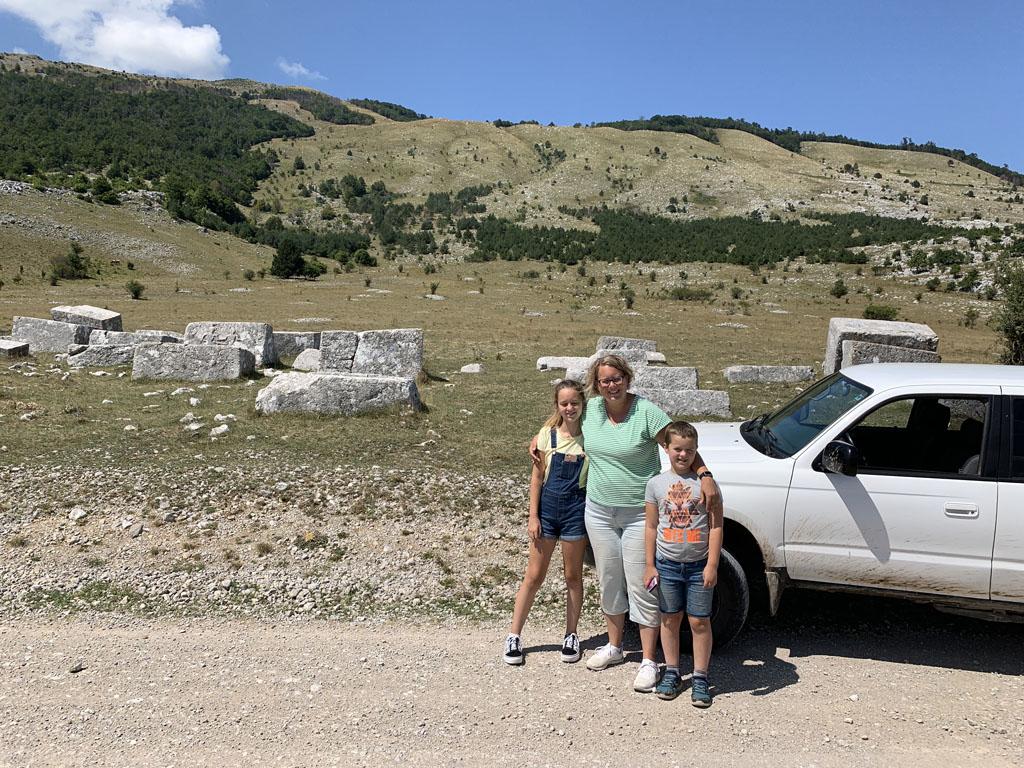 De tweede keer gaan we verder het binnenland in en rijden we over een vlakte en langs bergen.