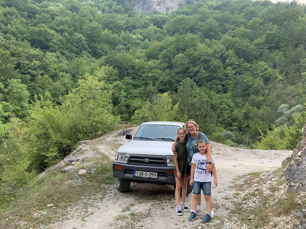 De eerste keer met de jeep rijden we na het eten een klein rondje in de omgeving van Herzegovina Lodges.