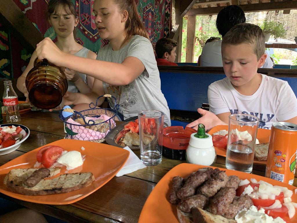 De Bosnische Cevapcici is in dit restaurant om je vingers bij af te likken.