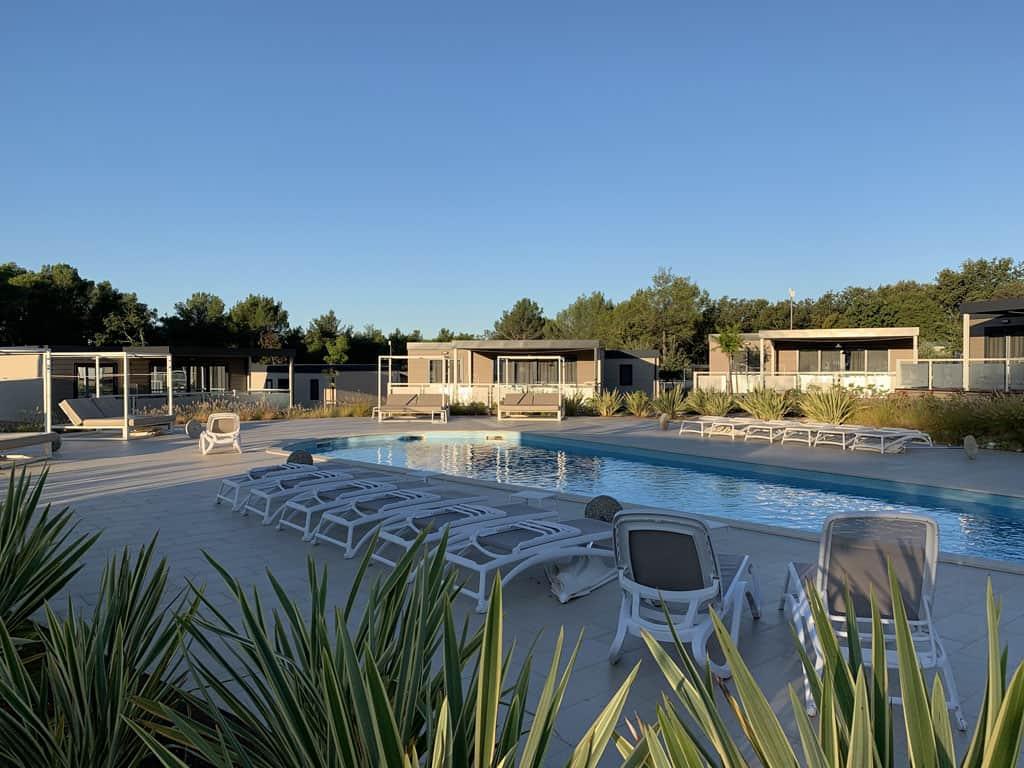 Mobilhomes rondom een van de zwembaden.