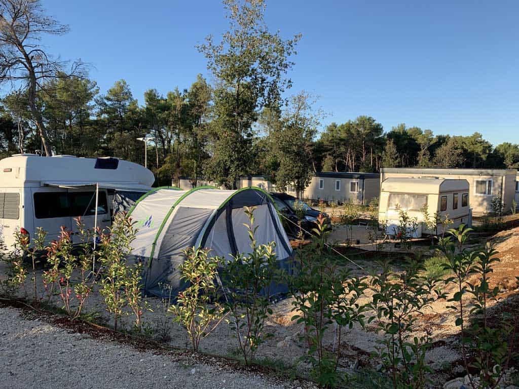 Ook met eigen tent, vouwwagen, caravan of camper kun je terecht op Boutique Camping Santa Marina.