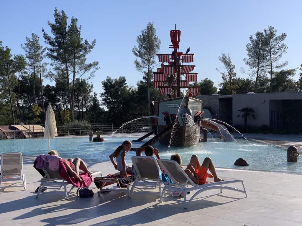 Rondom het zwembad staan ligstoelen, heerlijk relaxen dus terwijl de kinderen in het water spelen.