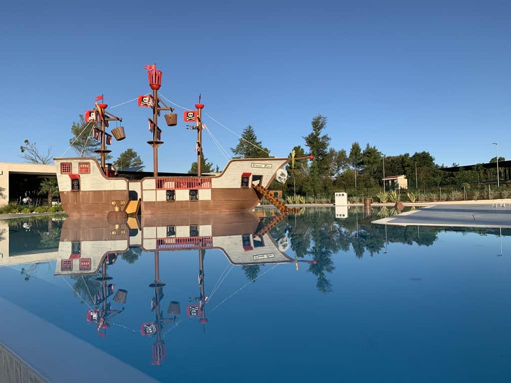 Het zwembad met piratenschip.