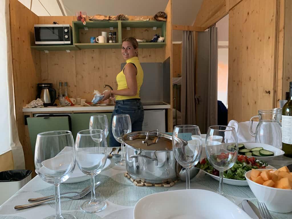 Kleine maar complete keuken met zelfs een vaatwasser. Hoe luxe wil je het hebben?