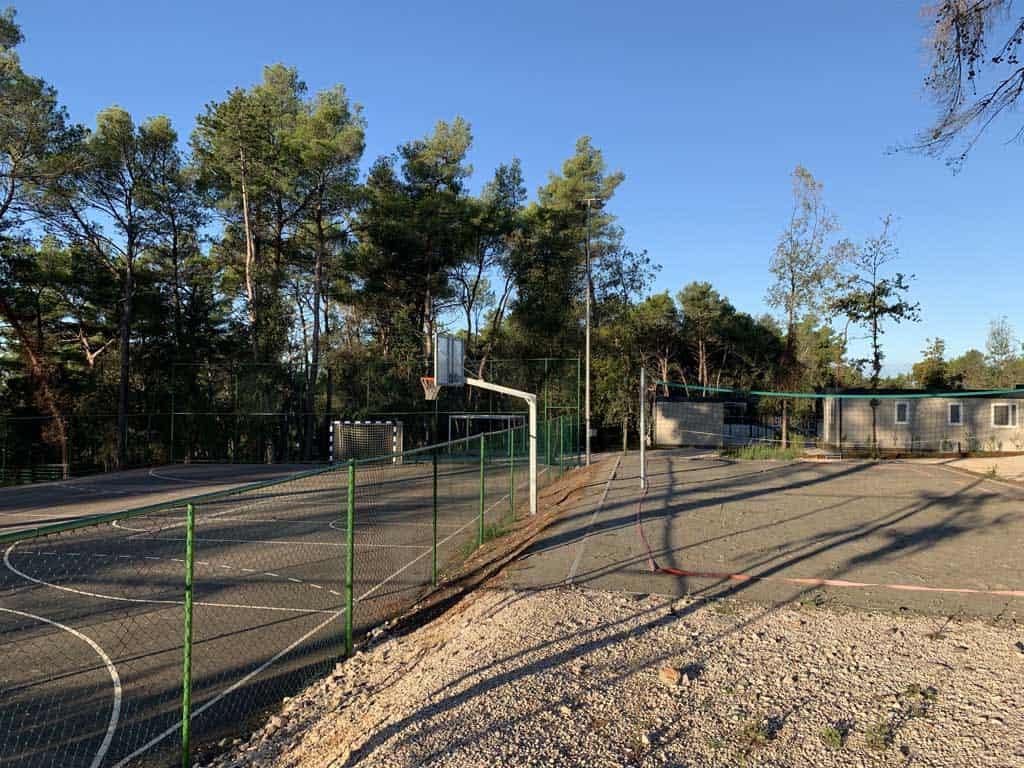 De sportvelden voor de oudere kinderen en volwassenen.