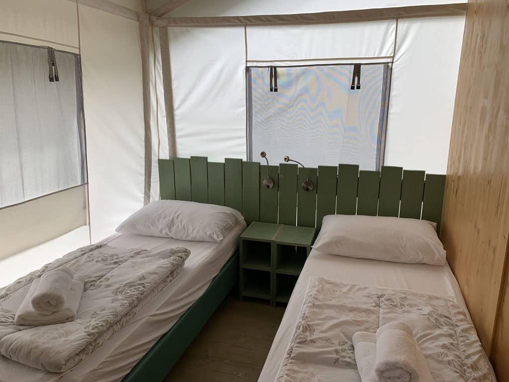 Een van de andere slaapkamers heeft twee 1-persoons bedden.