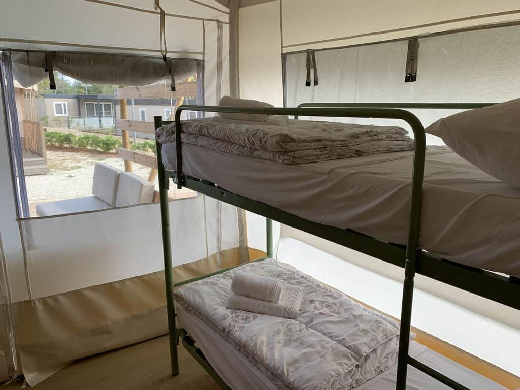 De derde slaapkamer heeft een stapelbed. Er is dus plek voor 6 personen in deze tent.